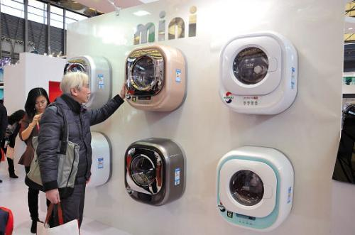随着单身经济的崛起,也出现了一批新涌现出来的新奇特潮牌。以生产壁挂洗衣机知名的小吉电器就是其中一个代表。