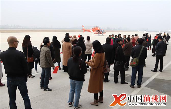 随后,网友们实地参观仙桃飞机场,仙桃港,沔州百万花海.